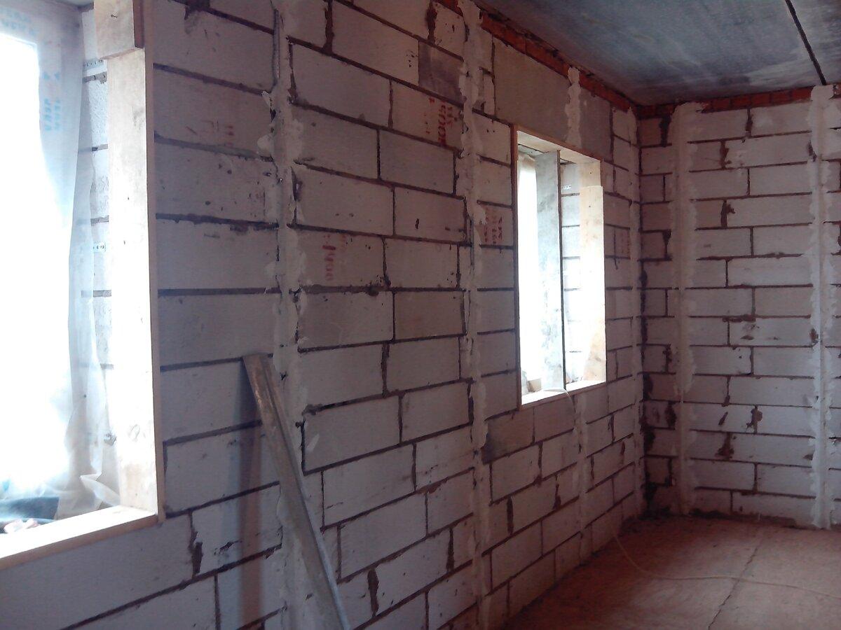 Почему после того, как оштукатурили стены по маякам, везде получилось идеально, а на одной стене - трещины