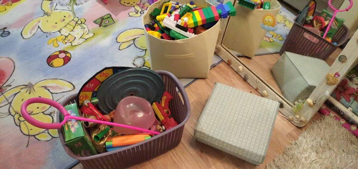 Дочь не любит собирать игрушки – это знакомо всем родителям. Поделюсь, каким способом приучаем ее к порядку