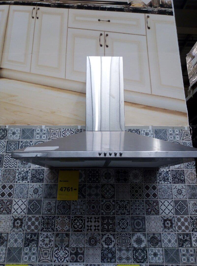 Вытяжка к нашей кухне выглядит без кухни очень некрасиво – никогда бы не купили такую, если бы не дизайнер